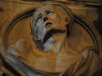 Relieve de la cabeza de un hombre en la Sala de las Cabezas