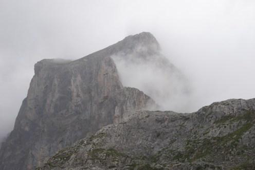 Cumbres rodeadas de nubes