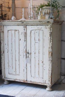 Vi mostreremo la tecnica di decapaggio, decorazione e ceratura del mobile nelle diverse fasi fino a trasformare i vostri vecchi mobili in pezzi. Come Rimuovere La Pittura Da Un Mobile Per Un Restauro Shabby