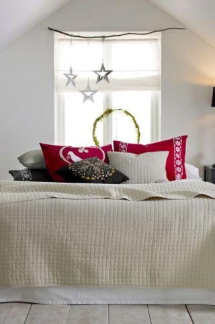 25 idee per decorare le vostre camere da letto a natale for Decorare la stanza da letto