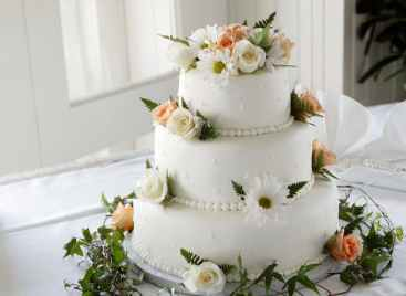 save money on your wedding cake