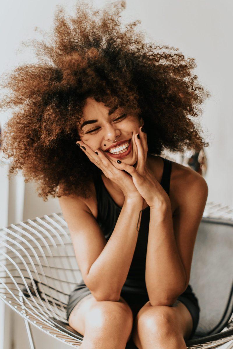 schöne Frau lacht