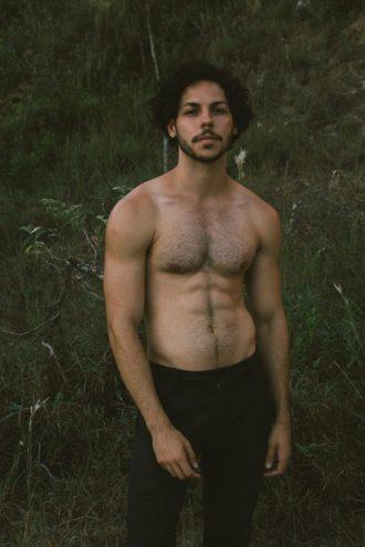 schöner Mann in der Natur