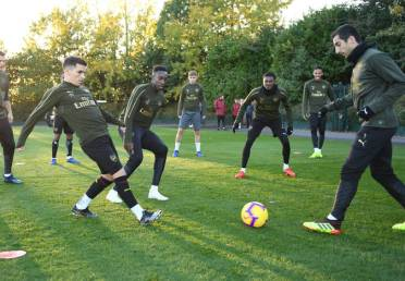 ST ALBANS, ENGLAND - NOVEMBER 02: (L-R) Lucas Torreira, Danny Welbeck and Henrikh Mkhitaryan of Arsenal during a training session at London Colney on November 2, 2018 in St Albans, England. (Photo by Stuart MacFarlane/Arsenal FC via Getty Images) *** Local Caption *** Lucas Torreira;Danny Welbeck;Henrikh Mkhitaryan