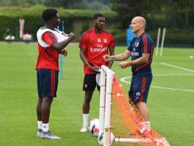 ST ALBANS, ENGLAND - JULY 06: Arsenal assistant coach Freddie Ljungberg talks to (L) Buyako Saka and (2ndL) Ainsley Maitland-Niles during a training session at London Colney on July 06, 2019 in St Albans, England. (Photo by Stuart MacFarlane/Arsenal FC via Getty Images)