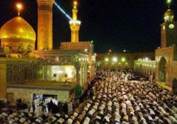 Kaum Syiah Irak Melakukan Shalat di Mesjid Imam Hussein, Karbala, Irak (Yahoo! News/AFP)