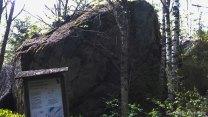 Mannerjääkakun työntämä jättimäinen siirtolohkare. Tämä maahan tipahtanut aines on moreenia, Suomen yleisintä maalajia. Se on sekoitus kaiken kokoisista kiviaineksista savesta lohkareisiin.