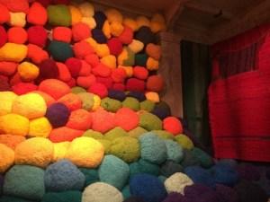 Sheila Hicks stapelt Wollpoufs unter die Decke der Arsenale. Katharina Grosses Installation auf der Biennale 2015