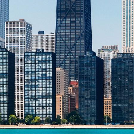 Интернациональный стиль архитектуры, который можно увидеть в апартаментах «Эспланада» Людвига Мис ван дер Роэ (два здания на переднем плане справа) и в апартаментах Lake Shore Drive (две соседние башни), Чикаго.