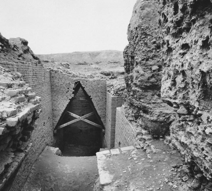 Кирпичные стены и поясной свод у входа в усыпальницу Ур-Намму в Царском мавзолее в Уре, конец 3-го тысячелетия до нашей эры