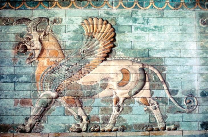 Крылатый лев с головой барана и задними ногами грифона, эмалированный плиточный фриз из дворца Дария I в Сузах, около 510 г. до н. э.; в Лувре, Париж.