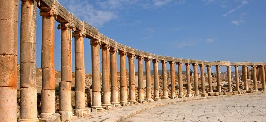 Руины колоннады форума в древнем городе Гераса, современном Джараше, Иордании.