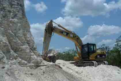 Пирамиду майя разрушили бульдозером