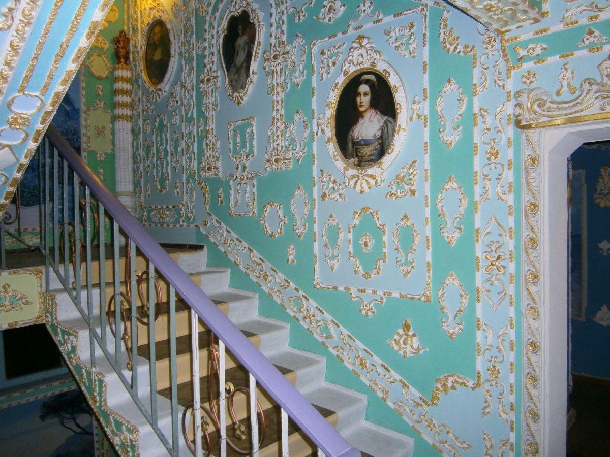 Пенсионер превратил свой подъезд в роскошный дворец