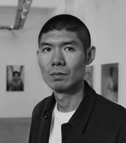 Провокационный китайский фотограф Рен Ханг совершил самоубийство