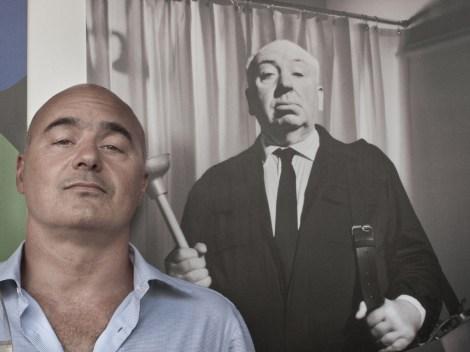 Luca Zingaretti e manifesto di Alfred Hitchcock
