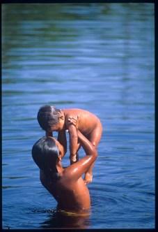 Bambini Piaroa si bagnano nel fiume Sipapo