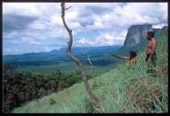 Due Indios Piaroa osservano il loro territorio dalle pendici del monte Autana considerato sacro