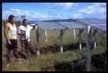 Il Capo dei Makiritari Isaia Rodriguez e il figlio Victor con i pannelli che assicurano l'energia al villaggio