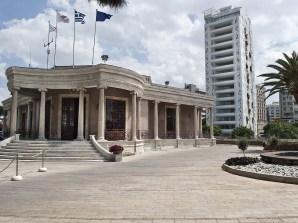L'edificio sede del Municipio di Nicosia e dietro il grattacielo di Jean Nouvel