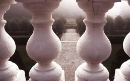 Attraverso le colonne della terrazza