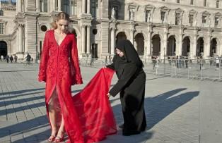 Stilista Mona Al Mansouri sistema abito per foto al Louvre