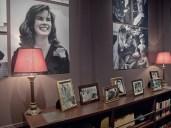 Un angolo della camera da letto con le foto di famiglia