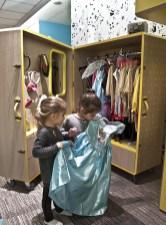 Le bambine nello spazio dei Petit Vip provano i costumi
