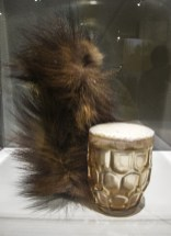 Meret Oppenheim, Boccale di birra, schiuma espansa e pelliccia