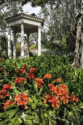 Tempietto e fiori rossi