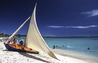 Spiaggia sabbia bianca e barca a vela