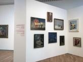 Doppia parete con varie opere e scritta di André Breton