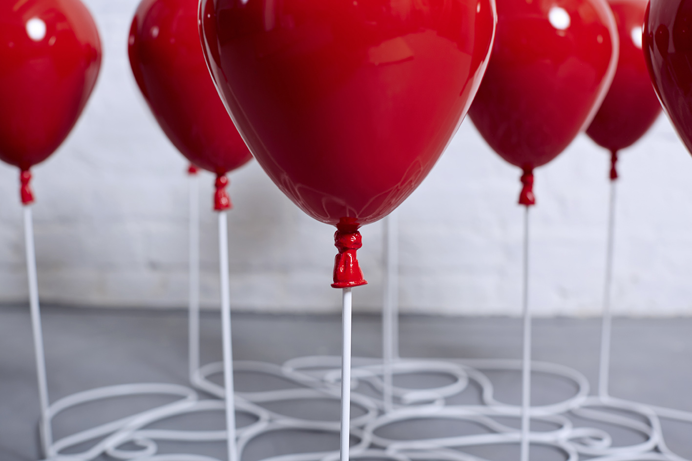 A Coffee Table Made Out Of Glass Based On 11 Helium Balloons Art Sheep