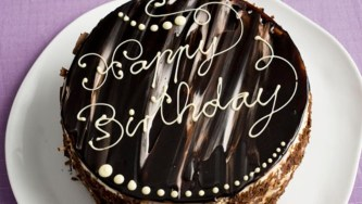 03-Laktosefreie-Geburtstagstorte-mit-Verpoorten-Punsch-Happy-Birthday-333x188@2x