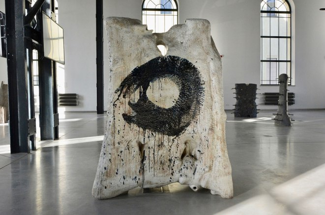 160 x 100 x 70 cm ( 63'' x 39'' x 27'') grog clay, hand build, gas fired, 2016 (photo: G. Stadnik)