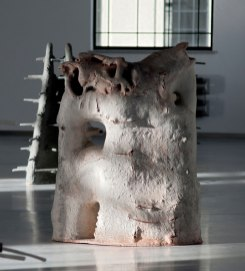 160 x 130 x 50 cm ( 63'' x 51'' x 19'') grog clay, hand build, gas fired, 2016 (photo: G. Stadnik)