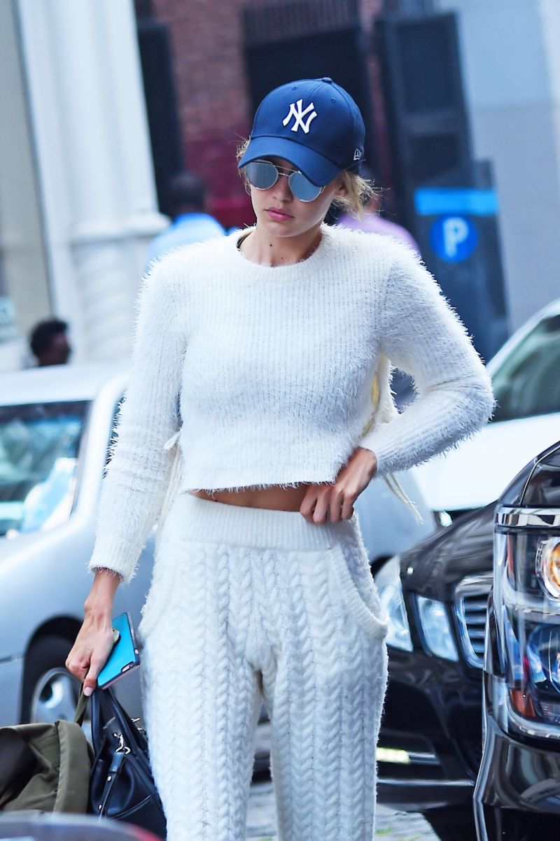 gigi-hadid-at-her-apartment-in-new-york-city-7-22-2016-1