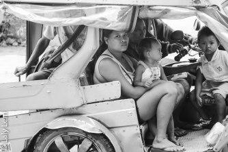 Dans un Taxi tricycle de Boracay, une mère accompagne ses deux enfants à l'école