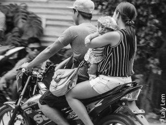 Il n'est pas rare de voir les taxis-motos transporter des mamans et leurs bébés sans casque, dans des positions dangereuses.