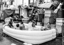 Dans l'un des plus grands bidonvilles de Manilles, les habitants fêtent Pâques sous une chaleur caniculaire en se baignant dans des piscines gonflables.