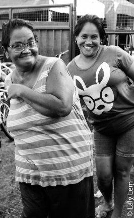 Une maman et sa fille font les clowns. Elle paraissent heureuse alors qu'elles vivent dans l'un des quartiers les plus dangereux de Manilles.