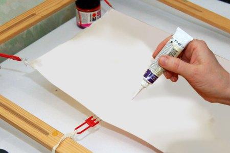 нанесение контура перед началом росписи ткани