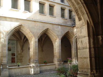 800px-Rue_des_Archives-Eglise_des_Billettes-2
