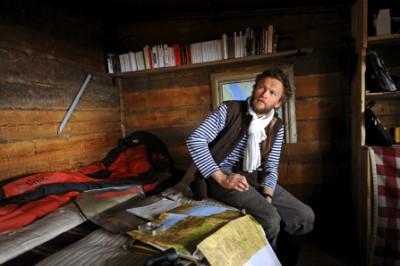 Sylvain Tesson dans sa cabane du lac baïkal