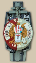 "4. terč: 04.06.1989 HRA ""VABANK"" / POĽSKO 122,5x60x10, sololit na ráme, akryl, asambláž / ready-made Historické, politické, vojenské a katolícke symboly a predmety volebného víťazstva poľskej Solidárnosti 4. ціль: 04.06.1989 ГРА ""ВА БАНК"" / ПОЛЬША 122,5x60x10, оргалит на рамі, акрил, aссамбляж / ready made Історичні, політичні, військові та католицькі символи та атрибути польської Солідарності яка перемогла на виборах 4th target: 04.06.1989 ""ALL IN"" / POLAND 122,5x60x10, fibreboard on a frame, acrylic, assemblage / ready-made Historical, political, military and Catholic symbols and articles of the election victory of Polish Solidarność (Solidarity)"