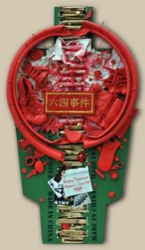 5. terč: 04.06.1989 ŠTUDENTSKÁ KRV – MADE IN CHINA / PEKING, ČÍNA 122,5x60x10, sololit na ráme, akryl, asambláž / ready-made Politické, vojenské a civilné predmety ako krvavá stopa po potlačení študentskej revolty v Pekingu 5. ціль: 04.06.1989 СТУДЕНТСЬКА КРОВ - MADE IN CHINA / ПЕКІН, КИТАЙ 122,5x60x10, оргалит на рамі, акрил, aссамбляж / ready made Кров'яний слід на політичних, військових і цивільних об'єктах після придушення студентського повстання в Пекіні 5th target: 04.06.1989 STUDENT BLOOD - BEIJING, CHINA / MADE IN CHINA 122,5x60x10, fibreboard on a frame, acrylic, assemblage / ready-made Political, military and civilian articles as a bloody trail of the suppressed student rebellion in Beijing