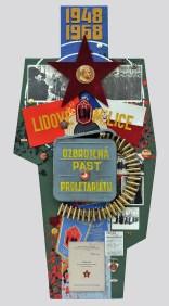 "Terč č.9. 1948-1968 LIDOVÉ MILICE, OZBROJENÁ PÄSŤ PROLETARIÁTU 122,5x60x8, sololit na ráme, akryl, asambláž / ready-made 20 rokov Ľudových milícií - robotníckych bojových jednotiek, ktoré vytvorila Komunistická strana ČSSR a nasadzovala ich proti demonštrantom a iným ""protisocialistickým živlom"" Мішень №9. 1948-1968 НАРОДНА МІЛІЦІЯ, ОЗВРОЄНИЙ КУЛАК ПРОЛЕТАРІАТУ 122,5x60x8, оргалит на рамі, акрил, aссамбляж / ready made 20 років Народної міліції - робочих бойових частинстворених Комуністичною Партією Чехословаччини які використовувалися проти демонстрантів та іншіх ""антисоціалістичних елементів"" Target No.9: 1948-1968 THE PEOPLE'S MILITIAS – THE PROLETARIATE'S ARMED FIST 122,5x60x8, fibreboard on a frame, acrylic, assemblage / ready-made 20 years of the People's Militias – the working class's task forces – created by the Communist Party of Czechoslovakia, which were used against demonstrators and other ""antisocialist elements"""