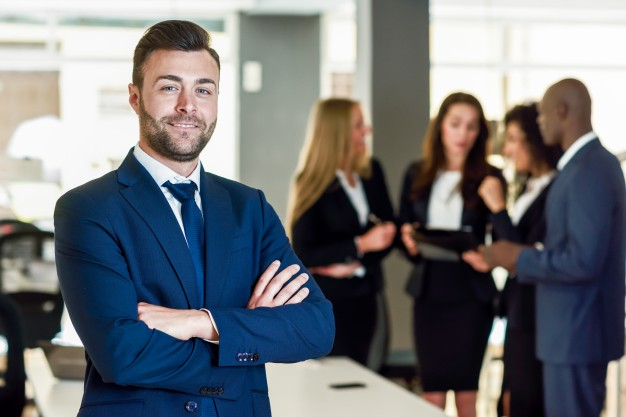 chef-entreprise-dans-bureau-moderne-hommes-affaires-travaillant_1139-961