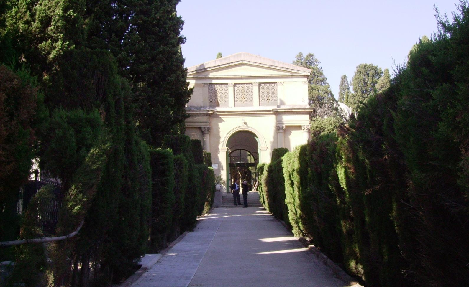 Paseo de acceso al patio de la Concepción, y detalle del pabellón de acceso desde la terraza inferior de los patios primitivos