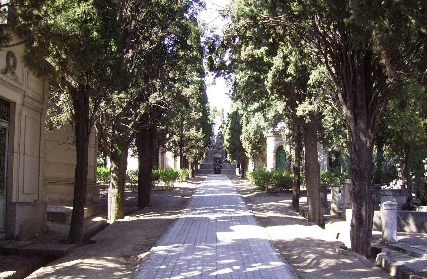 Vistas frontales del Panteón Guirao